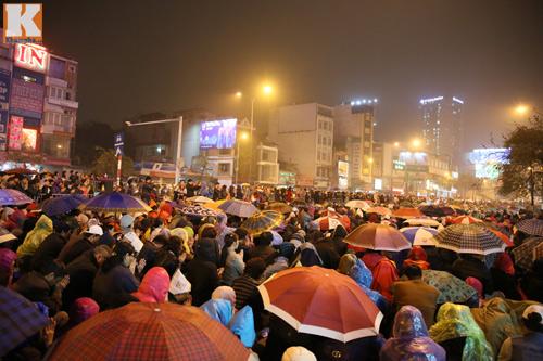 Biển người đội mưa cầu an trước chùa Phúc Khánh-3