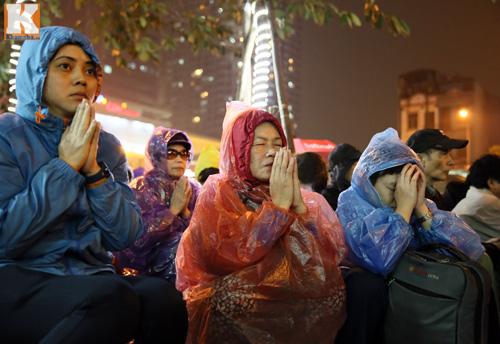 Biển người đội mưa cầu an trước chùa Phúc Khánh-12