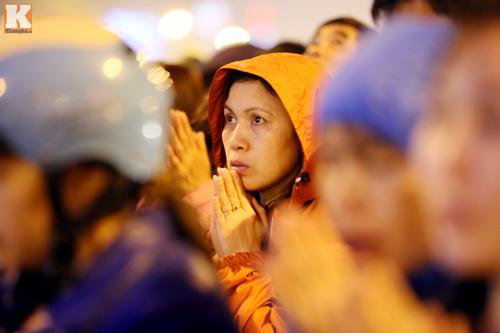 Biển người đội mưa cầu an trước chùa Phúc Khánh-14