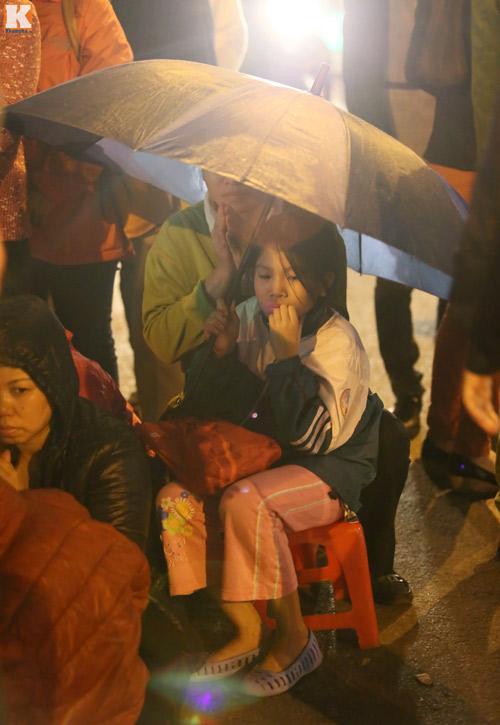Biển người đội mưa cầu an trước chùa Phúc Khánh-9