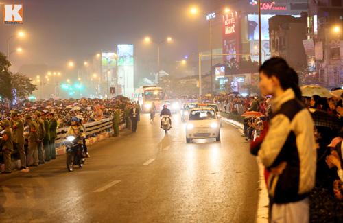 Biển người đội mưa cầu an trước chùa Phúc Khánh-17