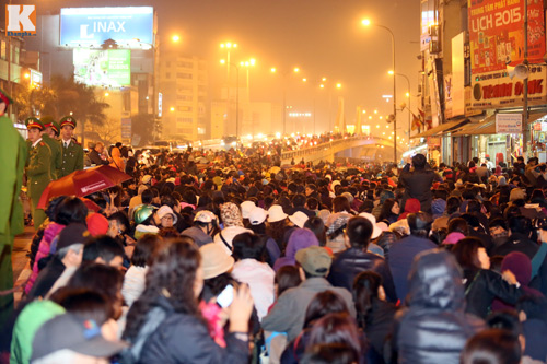 Biển người đội mưa cầu an trước chùa Phúc Khánh-1