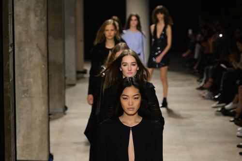 NTK gốc Việt tối giản ấn tượng tại Paris Fashion Week-11