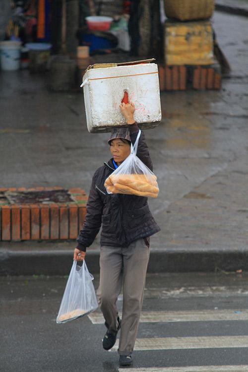 'Thân cò' mưu sinh trong mưa lạnh giữa Thủ đô-4