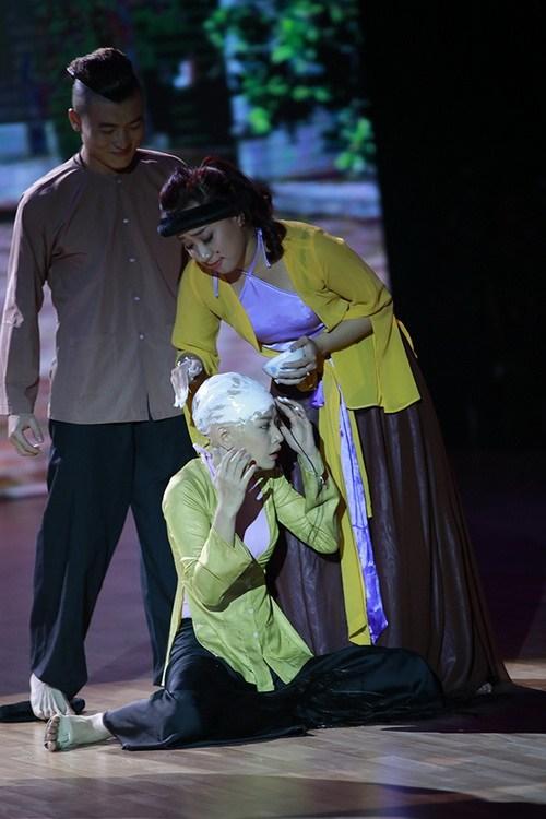 "chi pu bi cao dau boi voi tren san khau vi ""chua hoang"" - 4"