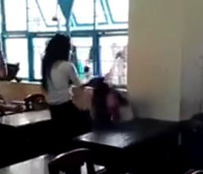 clip nu sinh lop 7 bi danh da man bang ghe nhua gay phan no - 2