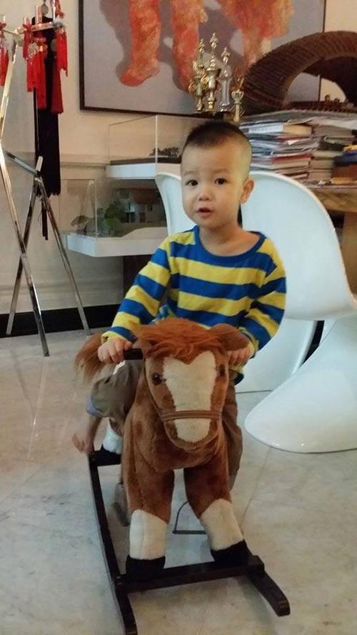 chong thuy vinh tinh cam tang qua cho con trai - 5