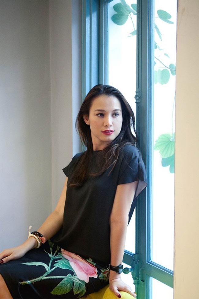 Hoa hậu Ngọc Khánh đẹp trở lại với vẻ thanh tân khi diện đầm lụa đen phom dáng đơn giản