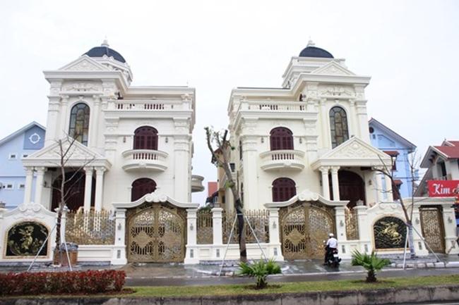 Cặp biệt thự củađại gia Quảng Ninhnằm ngay mặt đường vành đai với mặt tiền hướng ra biển vịnh Hạ Long.