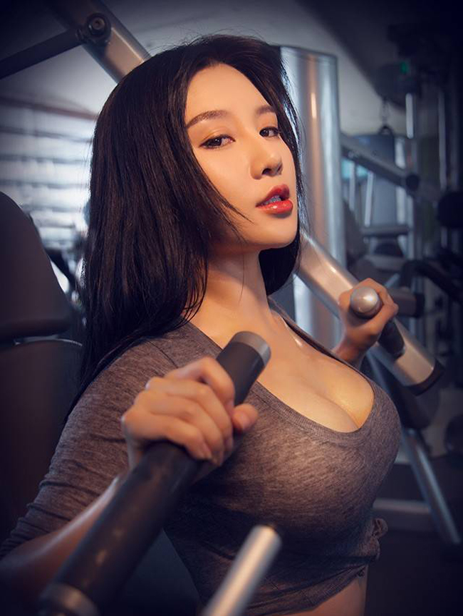 Huấn luyện viên thể dục người Trung Quốc tên Fan Ling đang khiến cộng đồng mạng điên đảo bởi khuôn mặt xinh đẹp và thân hình bốc lửa.