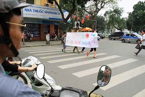 hoc sinh tieu hoc xuong duong keu goi 'khong vuot den do' - 5