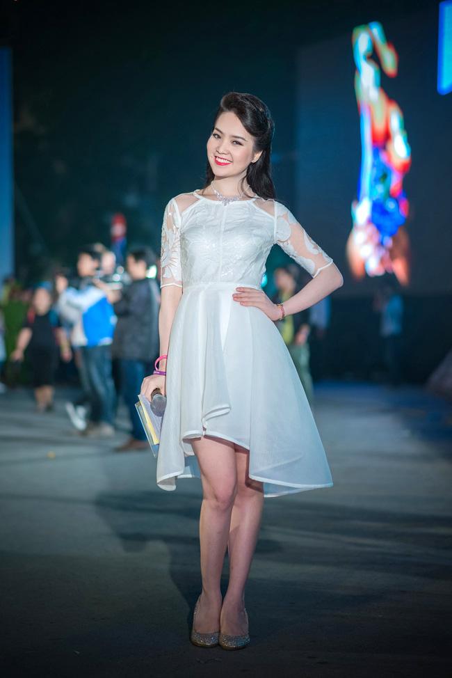 Tối qua (22/3), Á hậu Thụy Vân xuất hiện với vai trò là Đại sứ đồng thời là MC của chương trình Giờ Trái Đất tại Quảng trường Cách mạng tháng Tám.