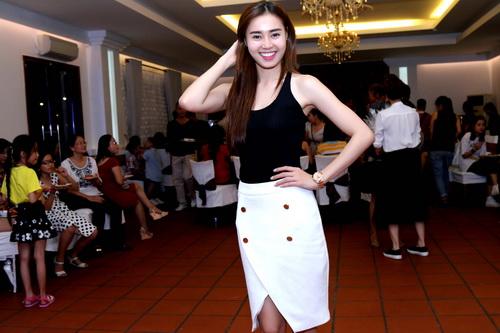 angela phuong trinh, lan ngoc gian di van goi cam - 15