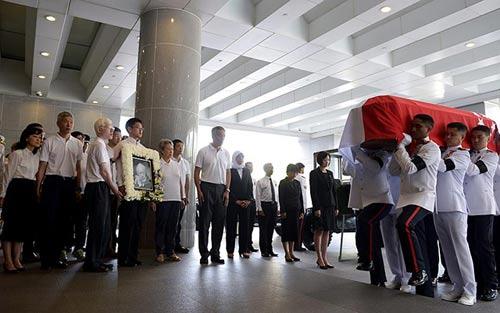 dong nguoi singapore tien dua cuu thu tuong ly quang dieu - 5
