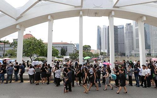 dong nguoi singapore tien dua cuu thu tuong ly quang dieu - 9