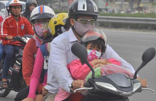 tp.hcm: tre mẹt mỏi ngủ tren xe khi cha mẹ trỏ lại thanh pho - 5