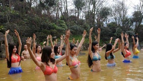 dan my nhan dien bikini tap yoga duoi nuoc lanh giua troi dong - 1