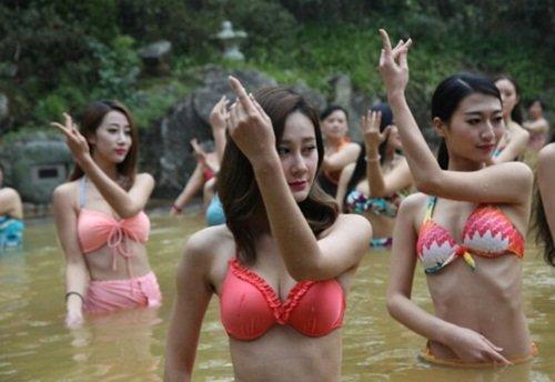 dan my nhan dien bikini tap yoga duoi nuoc lanh giua troi dong - 3