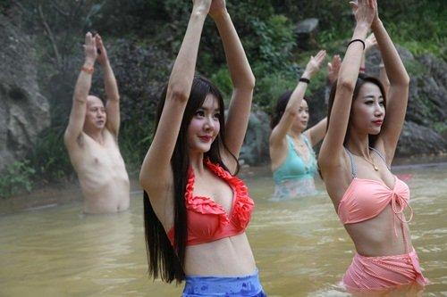dan my nhan dien bikini tap yoga duoi nuoc lanh giua troi dong - 4