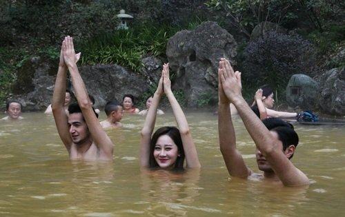 dan my nhan dien bikini tap yoga duoi nuoc lanh giua troi dong - 6