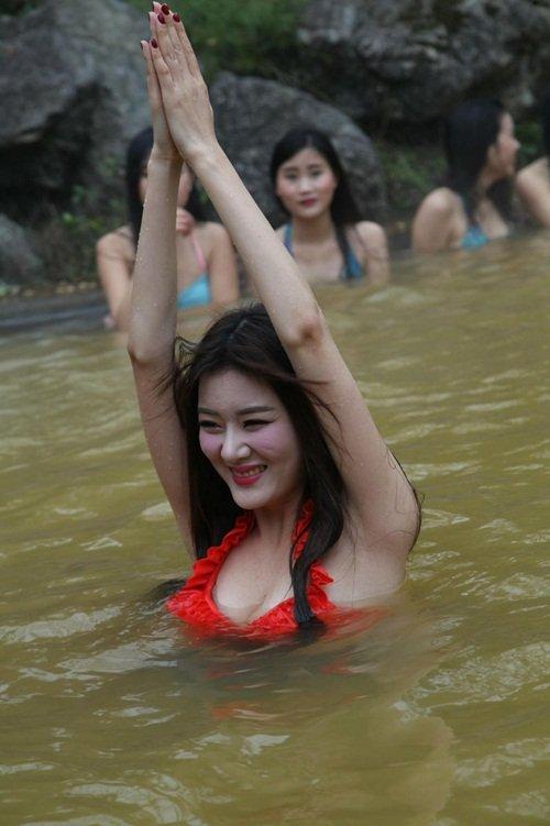 dan my nhan dien bikini tap yoga duoi nuoc lanh giua troi dong - 7