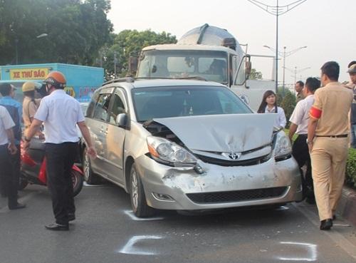 tp hcm: tai nạn lien hoàn giũa 3 o to và xe bòn chỏ be tong - 1