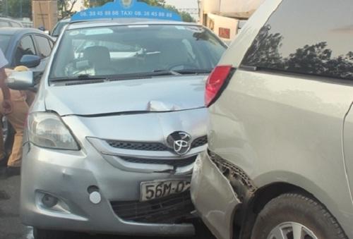 tp hcm: tai nạn lien hoàn giũa 3 o to và xe bòn chỏ be tong - 2