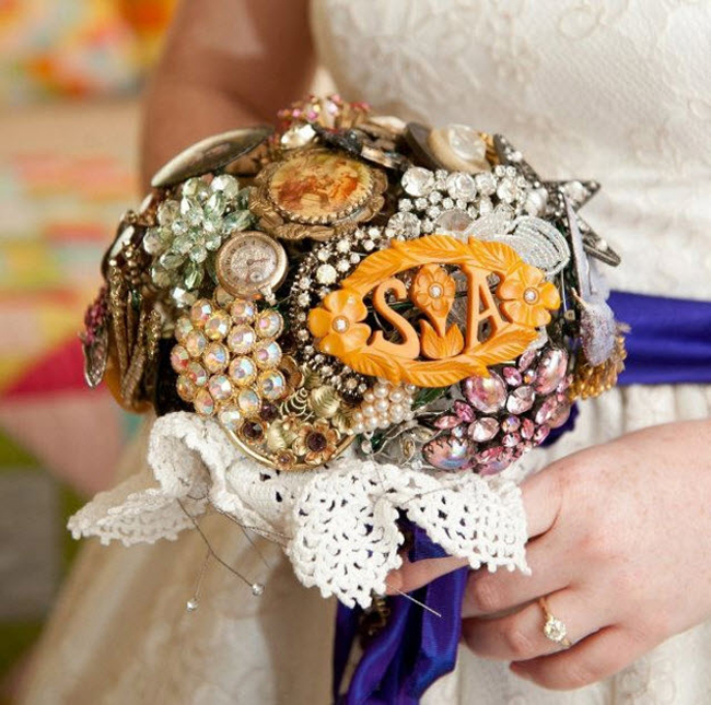 Bó hoa lấp lánh được kết từ trâm cài tóc thích hợp với những cô dâu yêu phong cách vintage của thời xa xưa.