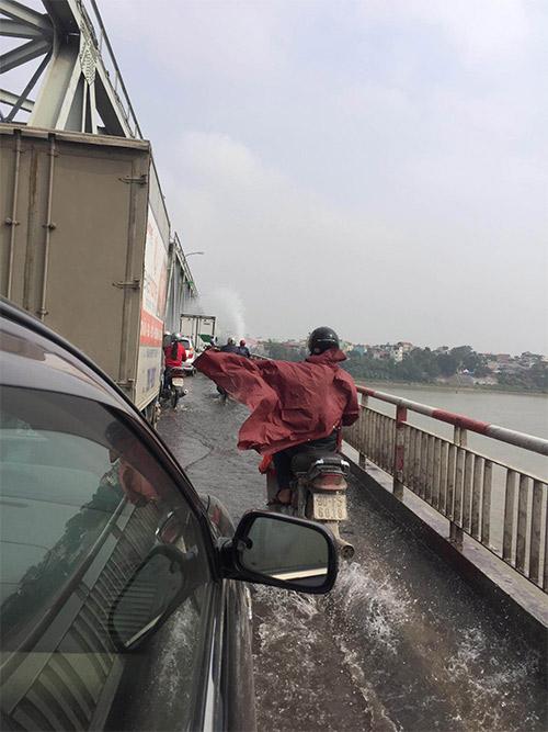 Chật vật đi trên cầu Chương Dương vì vỡ đường ống nước-4