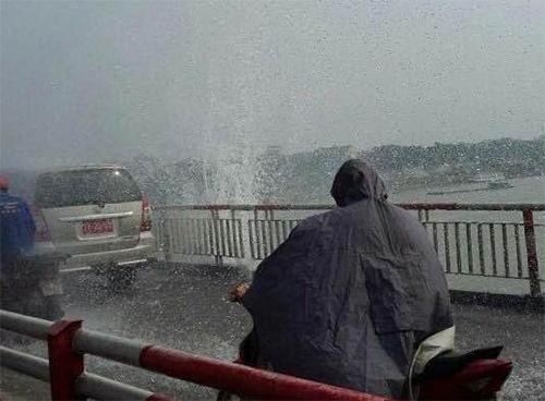 Chật vật đi trên cầu Chương Dương vì vỡ đường ống nước-5