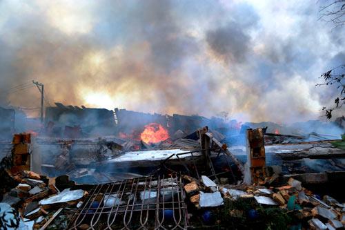 Cột khói bốc cao, biển lửa bao trùm công ty gỗ-1