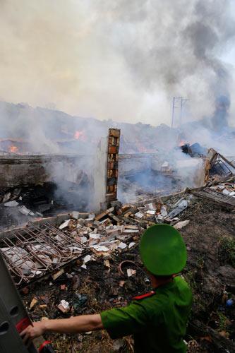 Cột khói bốc cao, biển lửa bao trùm công ty gỗ-4