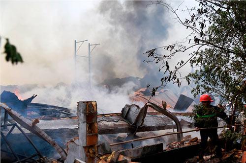 Cột khói bốc cao, biển lửa bao trùm công ty gỗ-5