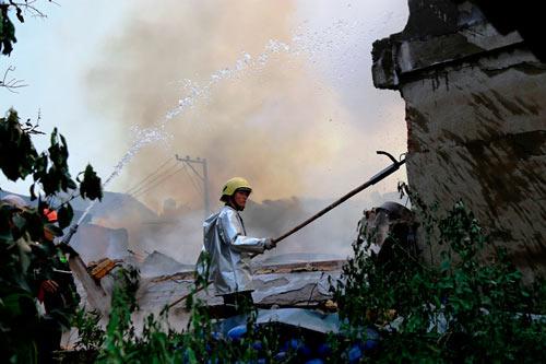 Cột khói bốc cao, biển lửa bao trùm công ty gỗ-6