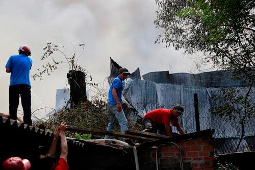 Cột khói bốc cao, biển lửa bao trùm công ty gỗ-7