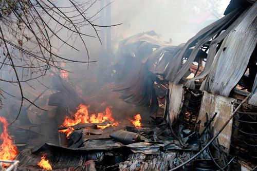 Cột khói bốc cao, biển lửa bao trùm công ty gỗ-2