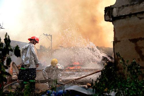 Cột khói bốc cao, biển lửa bao trùm công ty gỗ-3