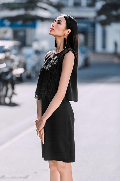 Hoàng Thùy dạo phố với trang phục xuyên thấu-10