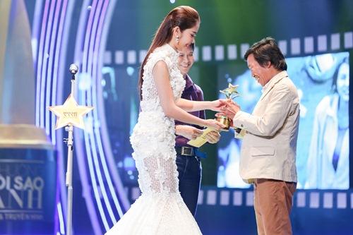 """Á hậu Hà Thu """"đọ"""" váy gợi cảm với Hoa khôi Nam Em-11"""