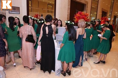 Vân Trang đắm đuối hôn chồng thiếu gia trong tiệc cưới-51