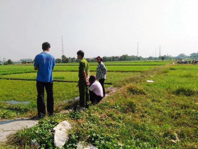 Bắt quả tang nông dân dùng dầu nhớt thải... tưới rau-1
