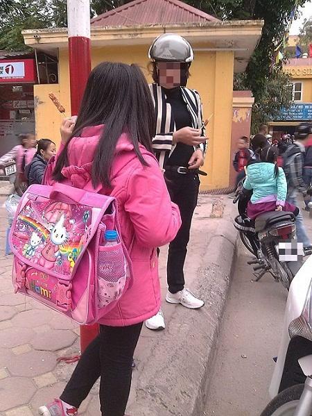 """ai """"ve duong"""" cho hoc sinh an thuc pham ban o cong truong? - 2"""