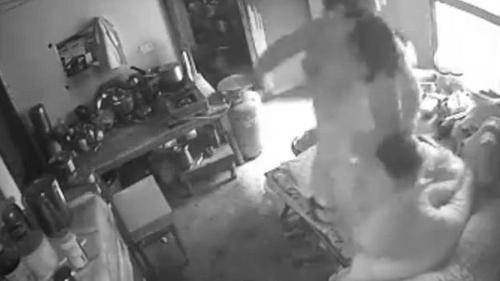 Video con dâu hành hung mẹ chồng chấn động Ấn Độ-1