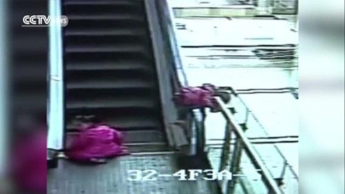 """""""Rùng mình"""" clip 3 bé gái chơi ở thang cuốn, 1 bé tử vong-1"""