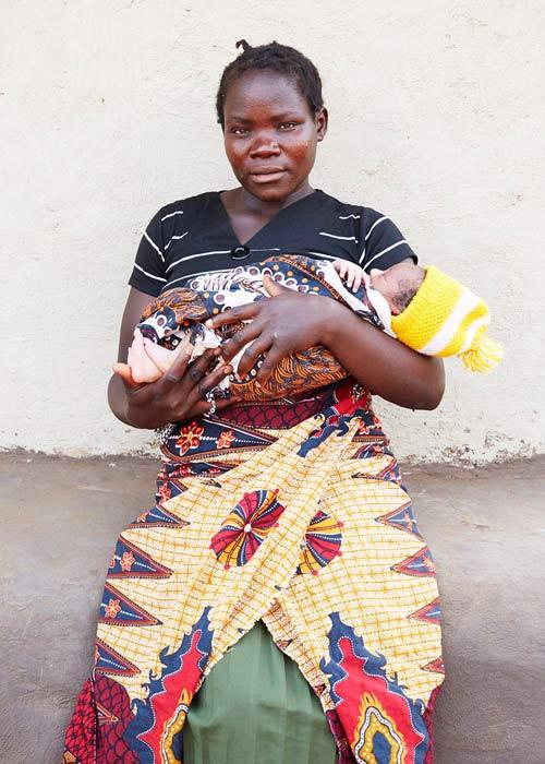 """Bộ ảnh """"Ngày đầu tiên làm mẹ"""" chân thực đến xót xa ở châu Phi-1"""