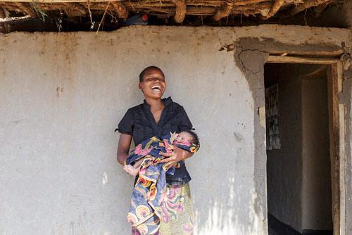 """Bộ ảnh """"Ngày đầu tiên làm mẹ"""" chân thực đến xót xa ở châu Phi-2"""