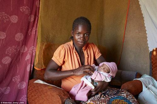 """Bộ ảnh """"Ngày đầu tiên làm mẹ"""" chân thực đến xót xa ở châu Phi-3"""