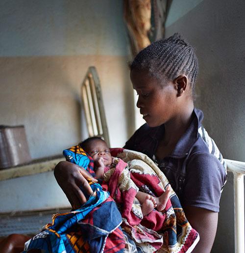 """Bộ ảnh """"Ngày đầu tiên làm mẹ"""" chân thực đến xót xa ở châu Phi-7"""