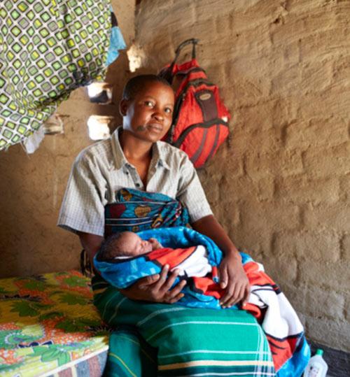 """Bộ ảnh """"Ngày đầu tiên làm mẹ"""" chân thực đến xót xa ở châu Phi-8"""