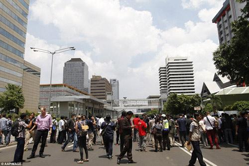 Hiện trường 7 vụ nổ rung chuyển trung tâm thủ đô Indonesia - 9